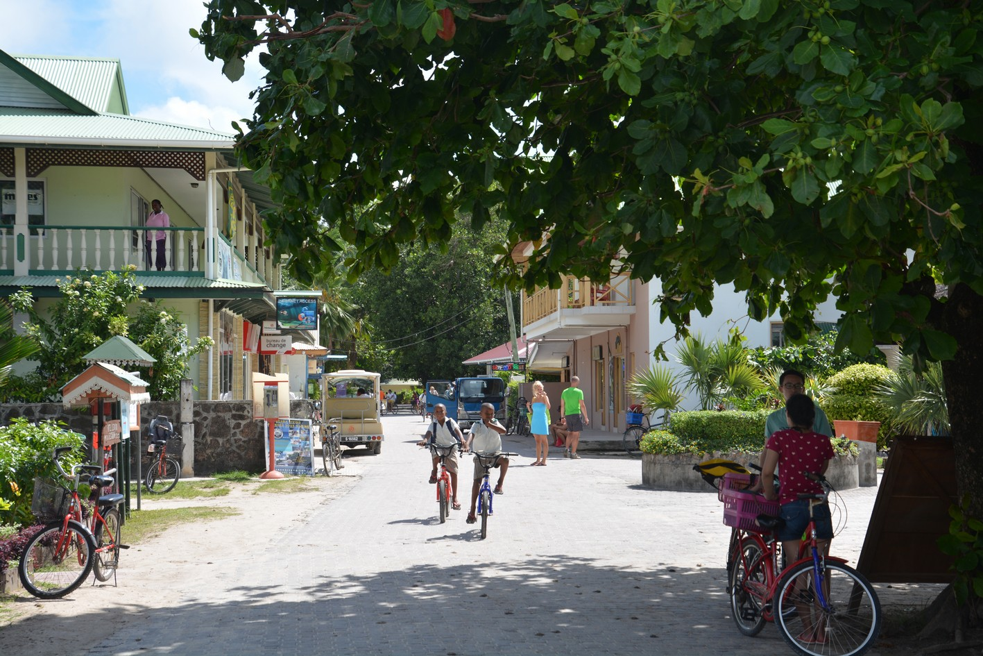 DOWNTOWN LA DIGUE BY