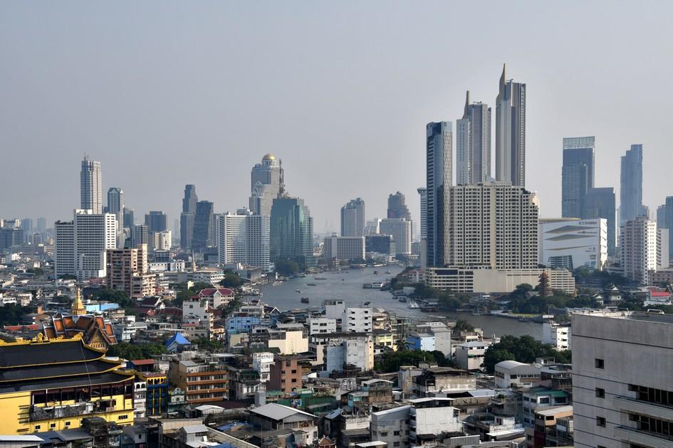 Dette billede har en tom ALT-egenskab (billedbeskrivelse). Filnavnet er skyline-med-chao-phraya-bangkok.jpg